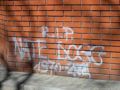 Graffiti upamiętniające Nate Dogga na ujściu wody oligoceńskiej przy skrzyżowaniu al. Solidarności i ul. Żelaznej w Warszawie.