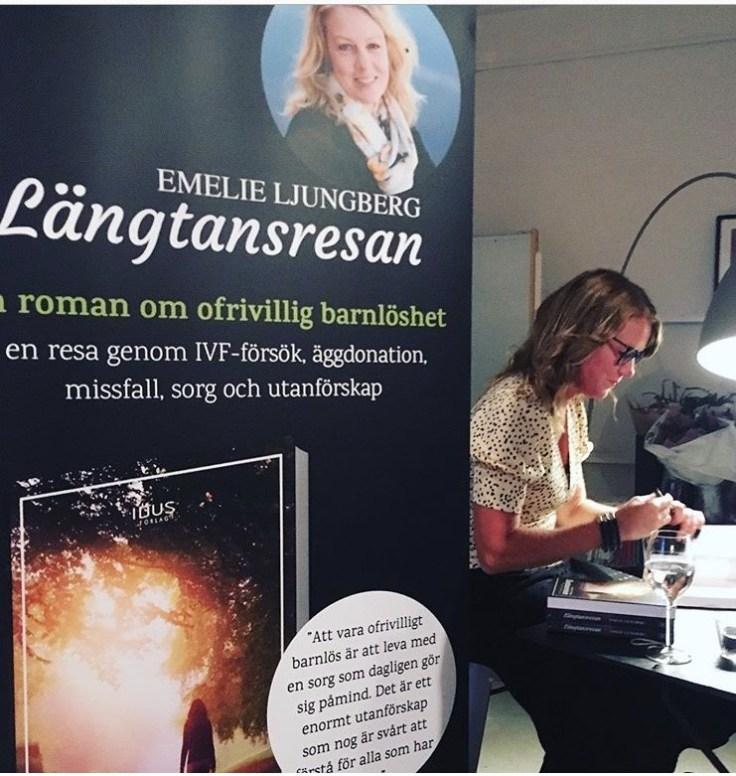 Emelie Ljungberg signerar böcker