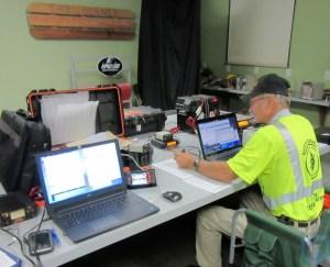 Greg Kruckewitt KG6SJT operando WinLink en un refugio