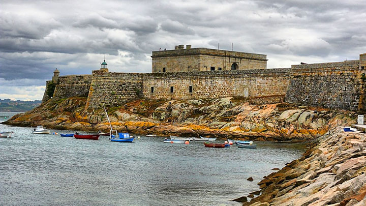 San Antón Castle in A Coruña, SpainBy Javier [CC BY-SA 2.0 (http://creativecommons.org/licenses/by-sa/2.0)], via Wikimedia Commons