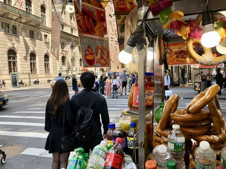 Emigreren Gran Canaria - Reisverslag - Hoogtepunten van New York – Amerika trip deel 1 - Fifth Avenue New York Hotdog Avenue