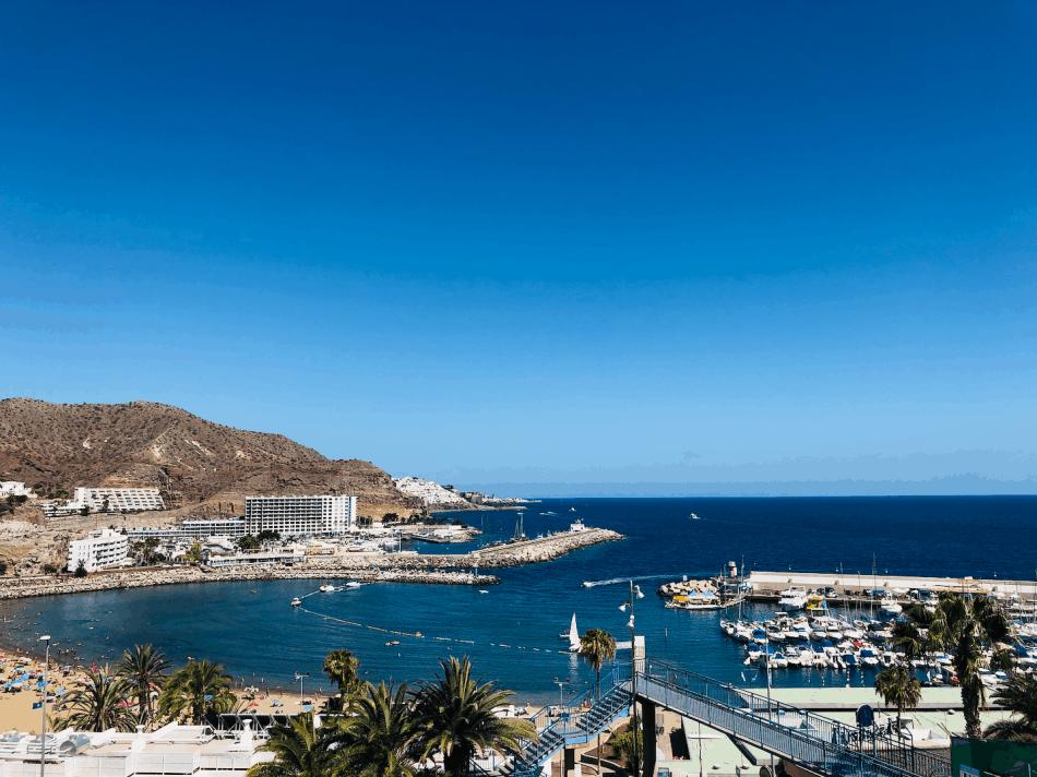 Strand en haven van Puerto Rico op Gran Canaria