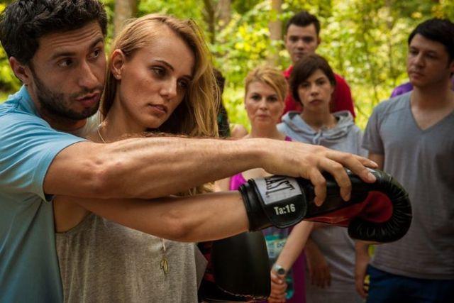 Poza din primul Love Building: Adina lovind cu putere sacul de box.