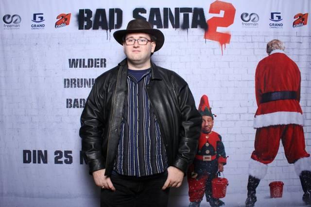 Acum am descoperit hainele de piele. Imi vine bine? :) Poza facuta la vizionarea filmului Bad Santa 2.