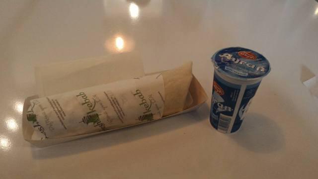 O singura shaorma am mancat la ultima vizita din Timisoara. Fresh kebab e un loc unde cica se mananca shaorma sanatoasa. Are verdeata, e mai fresh. E drept, cam mica pentru gusturile mele, dar na. Iar cel de langa este ayranul. Shaorma merge mana-n mana cu acest lichid :)
