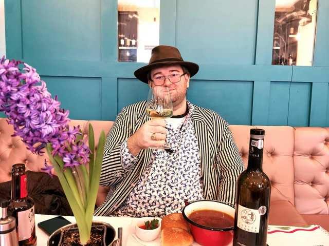 Interviu cu Emil Calinescu luat de ... cititori Emil Calinescu Restaurant Duna