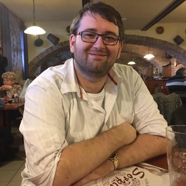 Nici macar in ultima poza de profil de pe facebook bloggerul Emil Calinescu nu este barbierit.