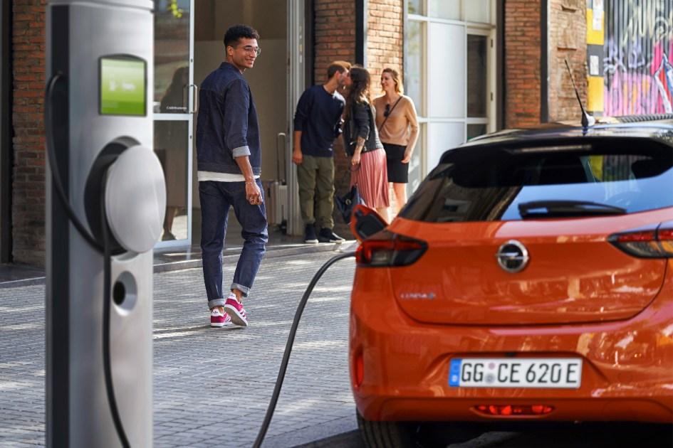 Corriente alterna, corriente continua y potencia de carga en un coche eléctrico
