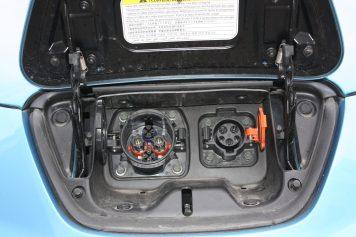 Conectores Nissan Leaf primera generación: CHAdeMO a la izquierda, Tipo 1 a la derecha.