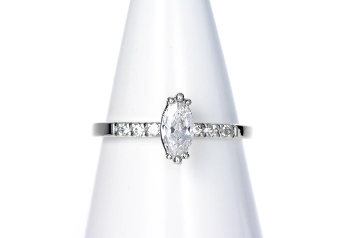 Timanttisormus markiisihiotulla timantilla