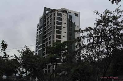 Painting tall Guayaquil building
