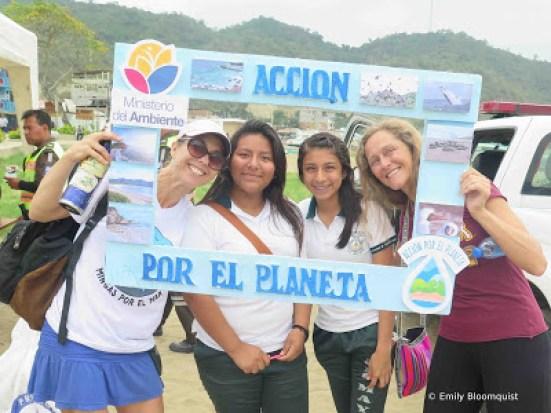 Accion por el planeta on Puerto Lopez beach