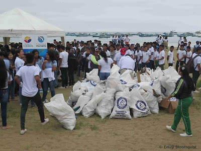 Puerto Lopez beach cleanup
