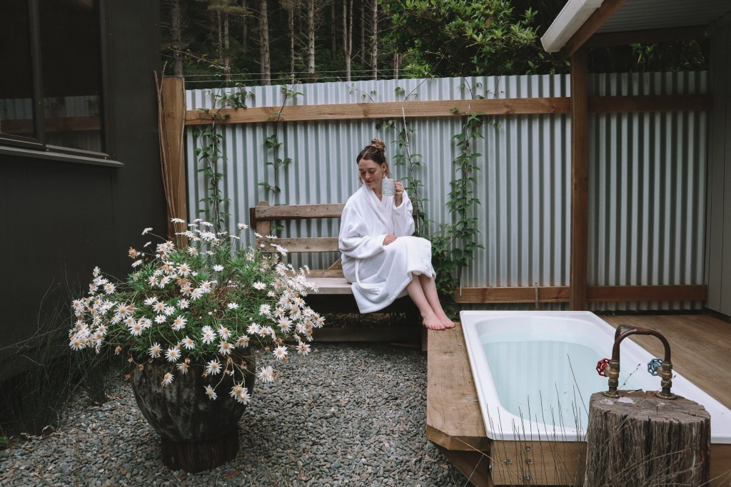 Outdoor bath at Olly's River Retreat