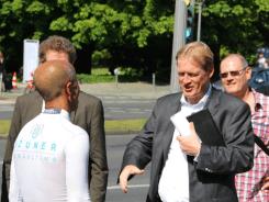ASB-Bundesgeschäftsführer Christian Reuter begrüßt Emin da Silva.