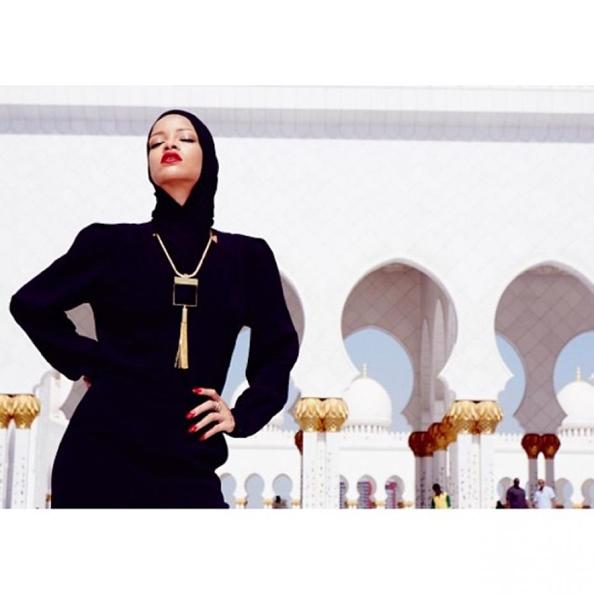 rihanna-devant-la-mosquee-sheikh-zayed-a