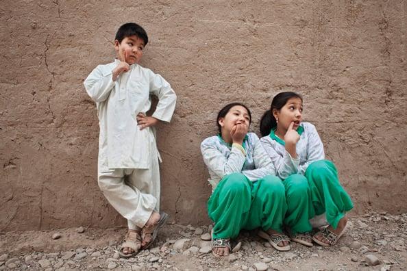 Mehran, seorang bacha mewah berusia tujuh tahun, berpose dengan saudara-saudara perempuannya.