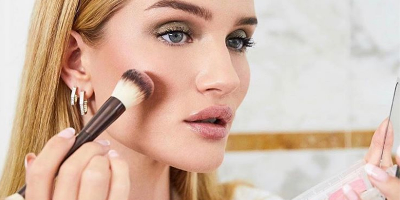 Get Rosie Huntington Whiteley S Everyday Makeup Look In Just 10 Minutes Emirates Woman