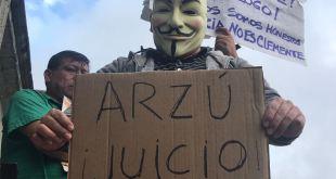 Manifestantes piden renuncia de Arzú