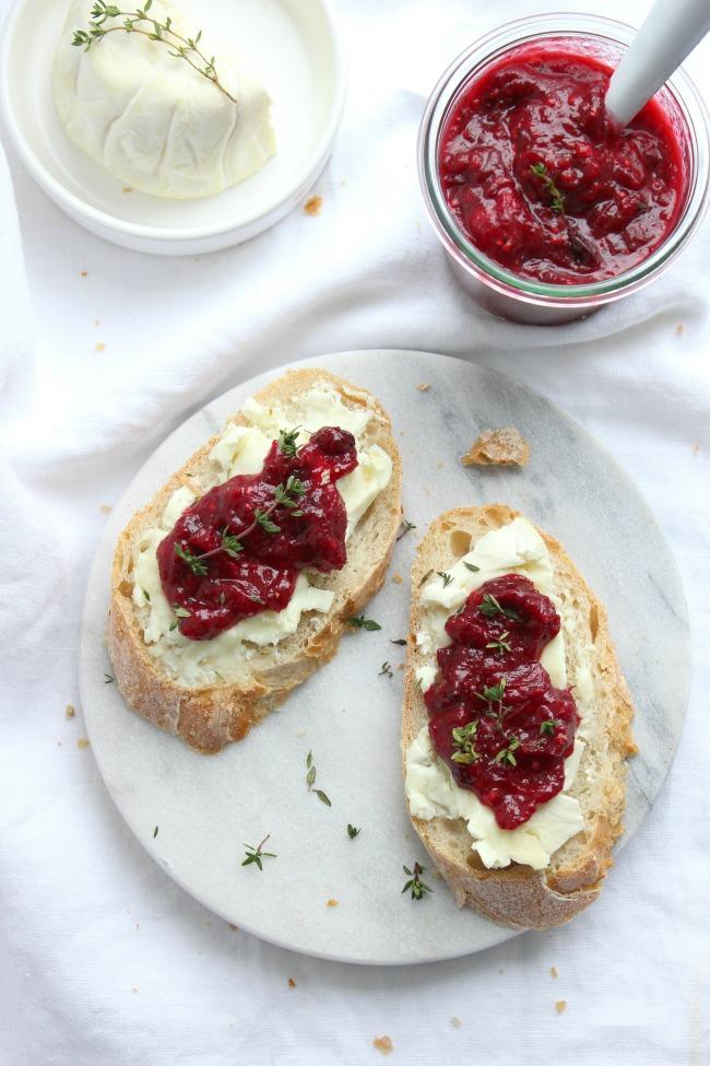 {Rezept} Eine fruchtige Cranberriesosse wie diese passt perfekt auf Deine nächste Käseplatte