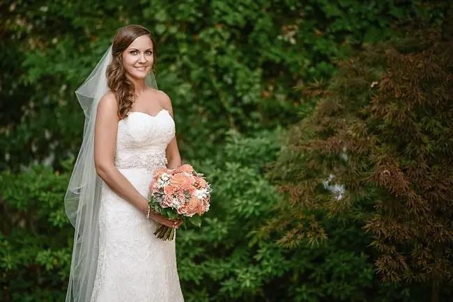 the bride holding her bouquet | photo: Photos by Kristopher | via http://emmalinebride.com