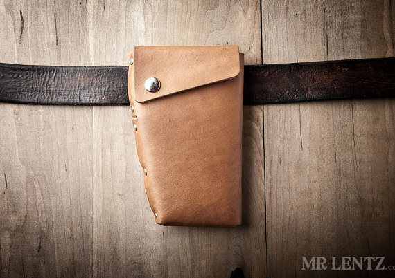leather iphone holster | via 40+ Best Leather Groomsmen Gifts for Weddings | http://emmalinebride.com/gifts/leather-groomsmen-gifts/