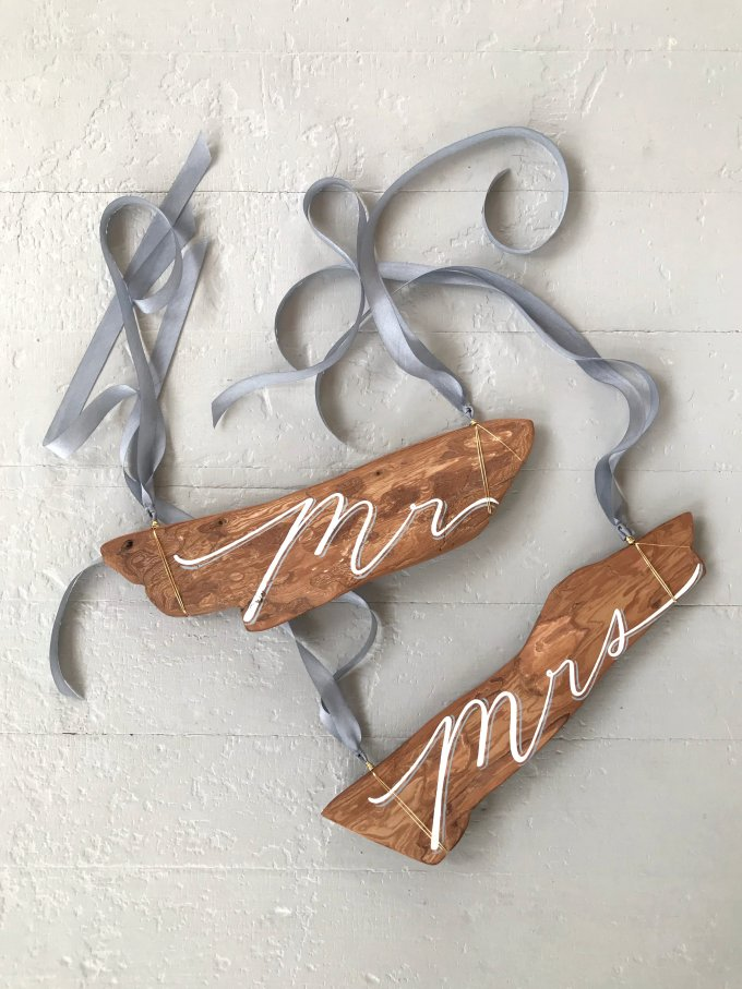 mr and mrs driftwood chair signs via http://bit.ly/2rT50dT