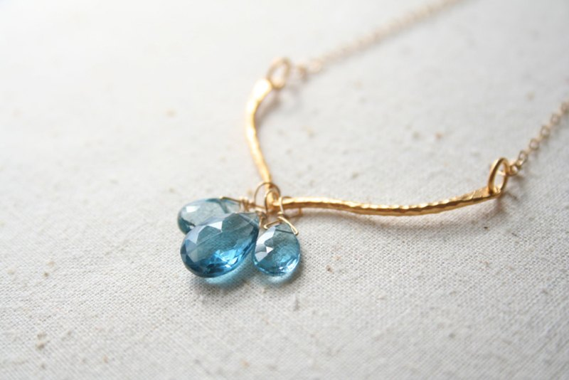 blue gemstone necklace | via 10 NEW Something Blue Ideas | http://emmalinebride.com/bride/new-something-blue/