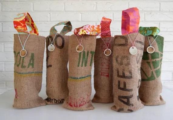 burlap wine bag favors | 35 Easily Beautiful Ways to Use Burlap for Weddings http://emmalinebride.com/rustic/ways-use-burlap-weddings/