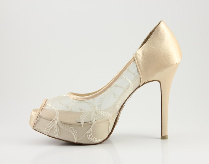 champagne lace pumps | via 31 Best Handmade Wedding Shoes http://emmalinebride.com/bride/handmade-wedding-shoes/