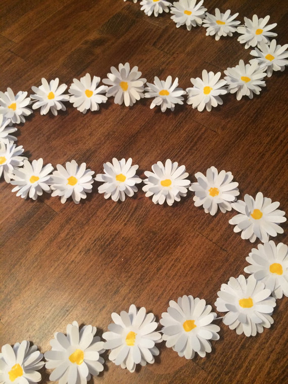 daisy paper garland by LilSydsCreations | daisy ideas theme weddings