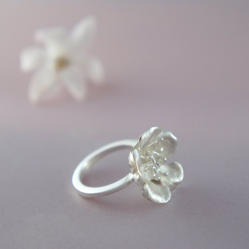 Stylish flower inspired rings, like this one, makes a great gift for the bride or bridesmaids. By The Manerovs Workshop. http://emmalinebride.com/bridesmaids/flower-inspired-rings/