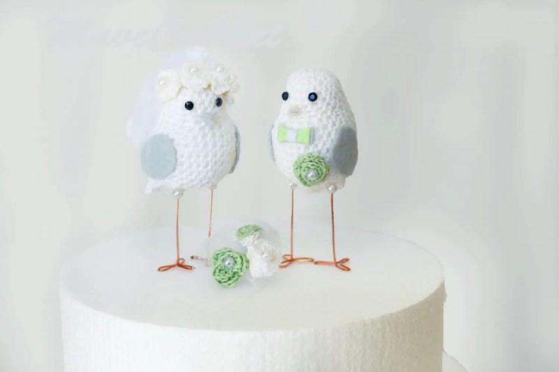 love birds cake toppers made of crochet | via http://emmalinebride.com/cake/bird-cake-toppers-crochet/