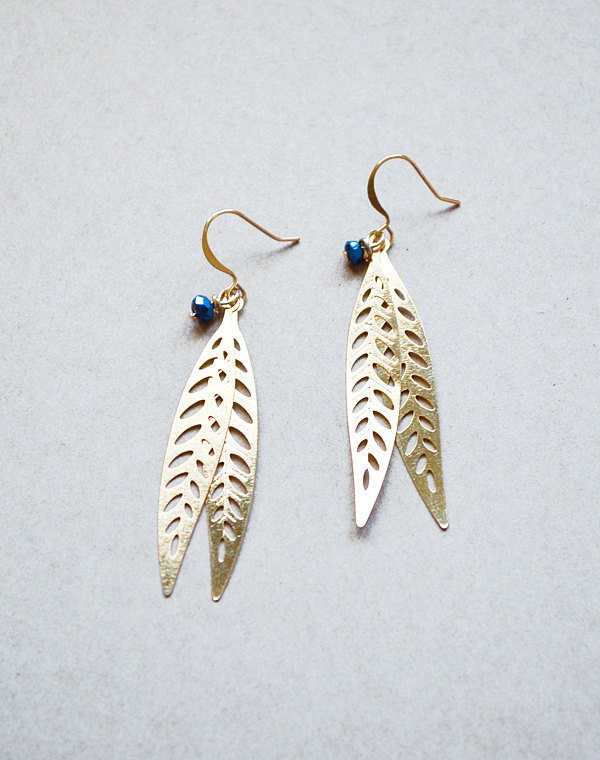 navy blue and gold earrings | via http://emmalinebride.com/decor/navy-and-white-wedding-ideas/ | via 21 Navy and White Wedding Ideas