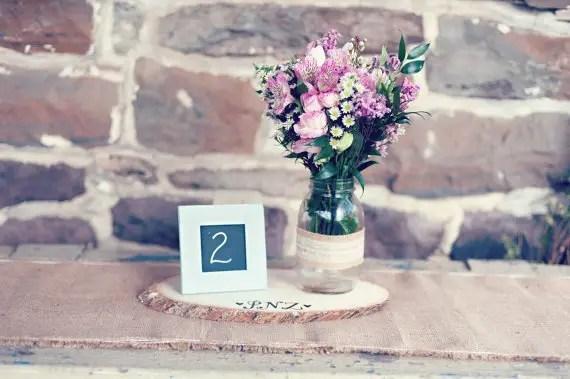 8 Fresh Rustic Wedding Decor Ideas - tree slice for centerpieces (by PNZ Designs, photo: Melania Marta Photography)