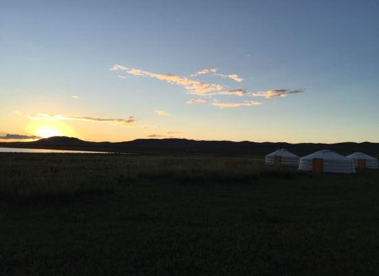 Soleil levant sur une plaine en Mongolie