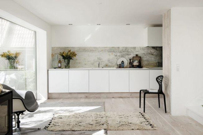 cocina con papel en las paredes