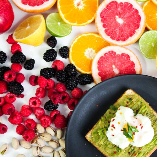 Finding healthy snacks can be hard, you never know which healthy snacks you should eat when your on a healthy weigh loss journey, This article offers information on Healthy snacks you should be eating if you're looking to lose some weight #HealthySnacksOnthego #EasyHealthySnacks #HealthySnacksForweightloss