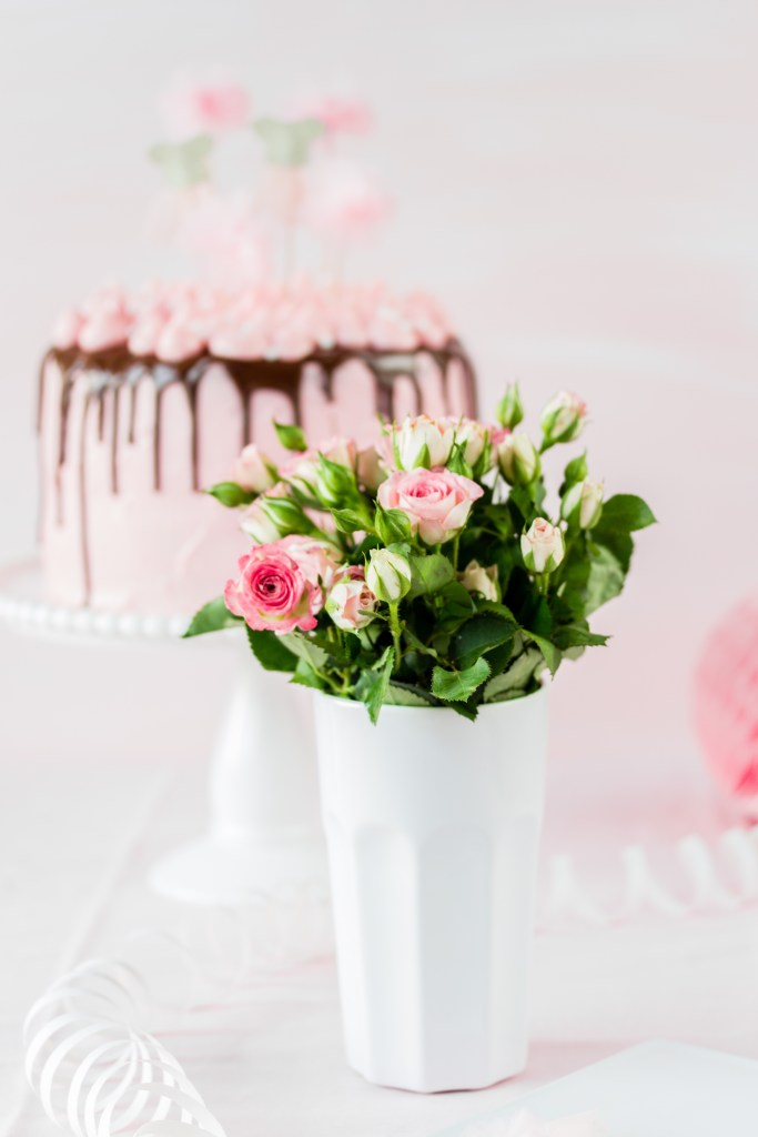 Rosen und ein Geburtstagstörtchen in pink