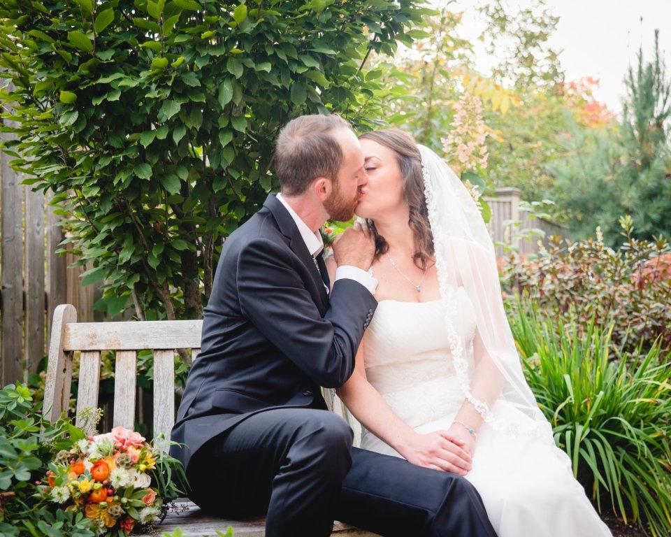 couple kissing - elopement vs micro wedding
