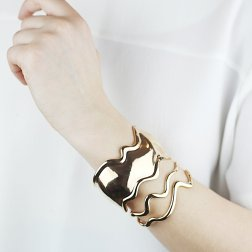 https://www.eshvi.co.uk/collections/all/products/lava-bracelet-5