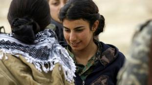 une-combattante-arabe-syrienne-contre-l-ei-pres-de-raqa-en-syrie-le-6-fevrier-2017-3
