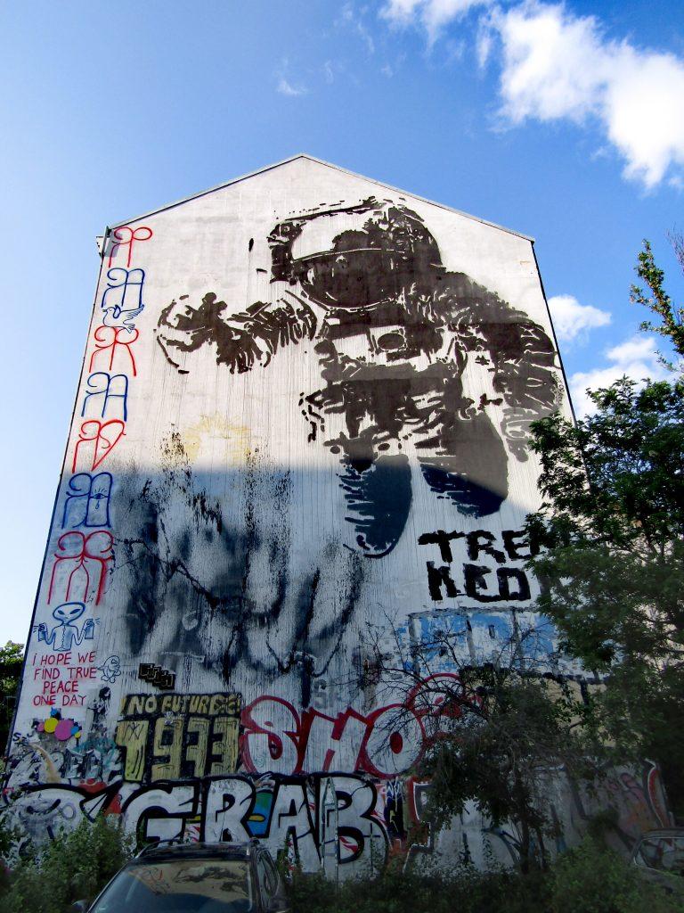 I murales più belli di Kreuzberg: Astronaut / Cosmonaut