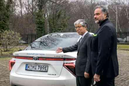 Japanische Botschaft in Berlin testet Toyota Mirai Wasserstoff Fahrzeug