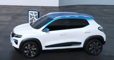Renault, Dacia - K-ZE - beim Laden an der Ladesäule. von rechts- leicht von oben, silber