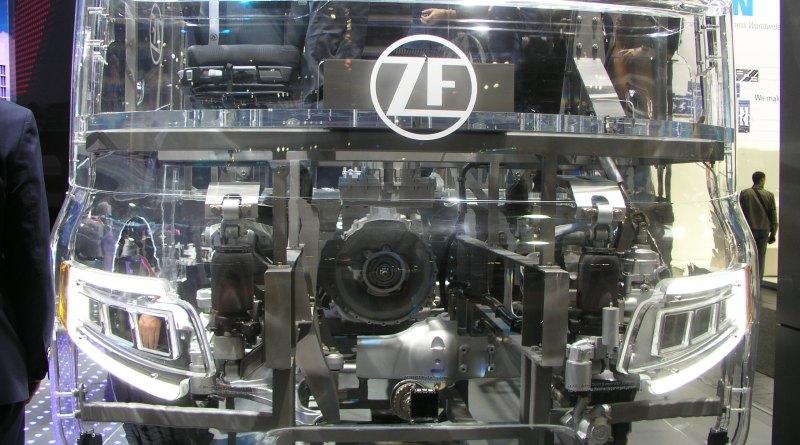 ZF-Gläserner-LKW-Getriebe auf der-IAA-Hannover 2018 - Foto emoove.net