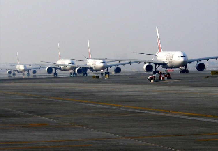 taxiing_airplanes_at_dxb_on_13_november_2007
