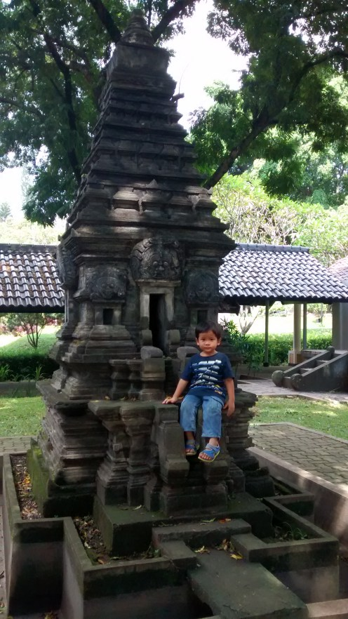 Hatta gembira sekali melihat replika candi di Taman Arkeologi yang mirip dengan Candi Prambanan
