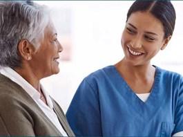 cuidadora gerocultora asistente de geriatria elder care taker geriatric assistant empleada de cuidados a mayores