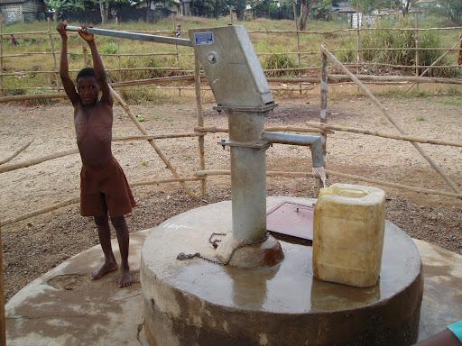 criança puxando água